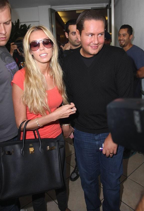 Petra Ecclestone et son mari James Stunt sortant du restaurant E. Baldi à Los Angeles, le 20 septembre 2011.