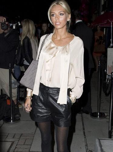 Un style branchéour la Fashion's Night : short en cuir et blouse en satin pour Petra