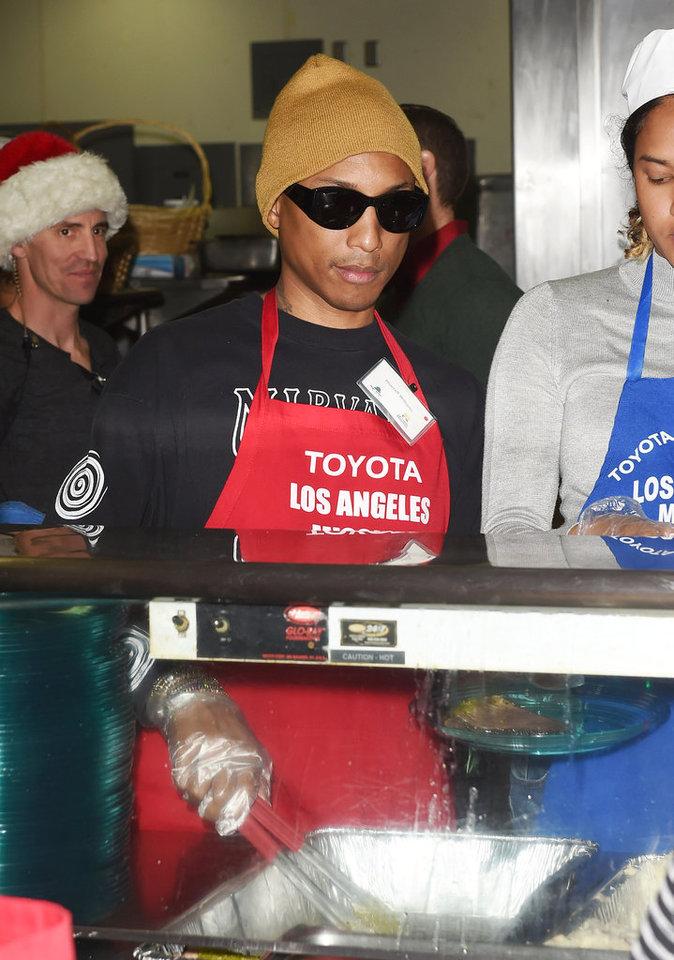 Pharrell Williams à la soupe populaire pour Noël !