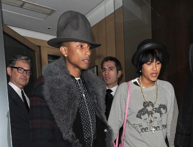 Pharrell Williams : il se ne sépare plus de son nouvel accesoire fétiche, son fameux couvre-chef !