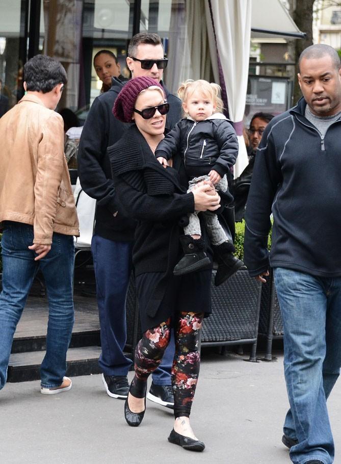 Pink avec sa fille Willow et Carey Hart à Paris le 16 avril 2013