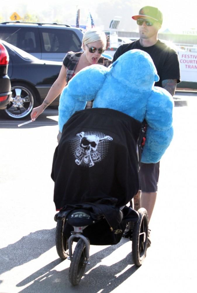 La petite Willow Sage doit partager sa poussette avec un gorille...