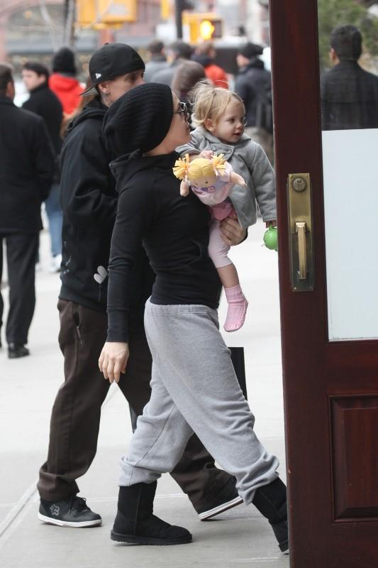 Pink en total look bonhomme pour se promener avec sa fille
