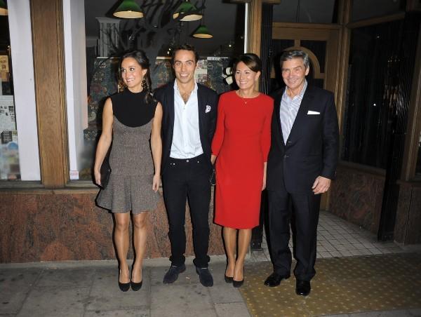 Pippa Middleton en famille lors de la promo de son livre à Londres, le 25 octobre 2012.