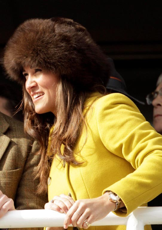 Pippa Middleton assiste à une course de chevaux à Cheltenham le 14 mars 2013
