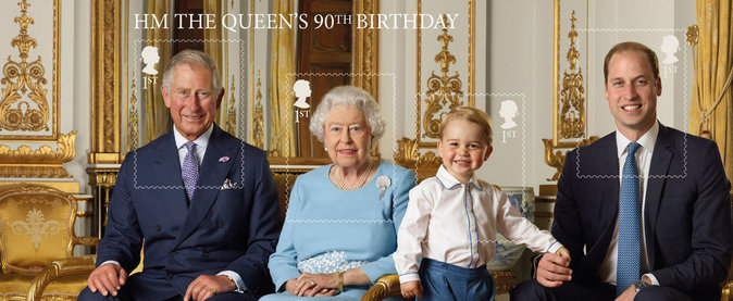 Photos : prince George prend fièrement la pose au côté d'Elizabeth II !