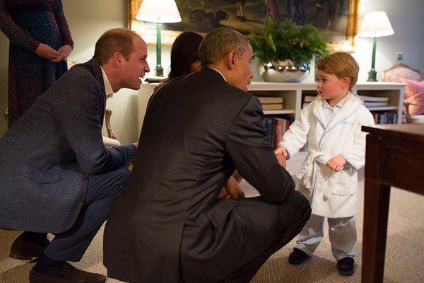 Photos : prince George reçoit les Obama en pyjama !