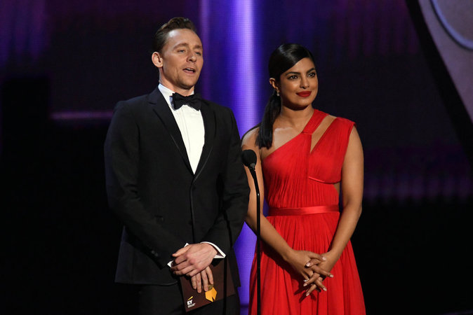 Photos : Priyanka Chopra et Tom Hiddleston surpris en pleine séance de drague !