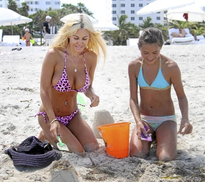 Shauna Sand est une vraie gosse à la plage !