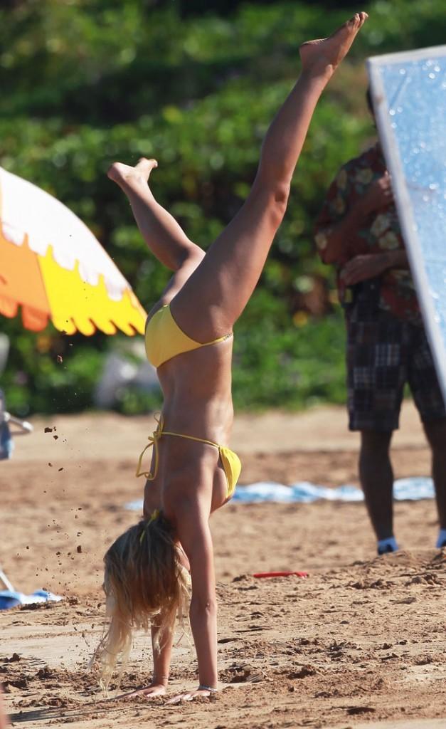 Brooklyn Decker est une vraie gosse à la plage !