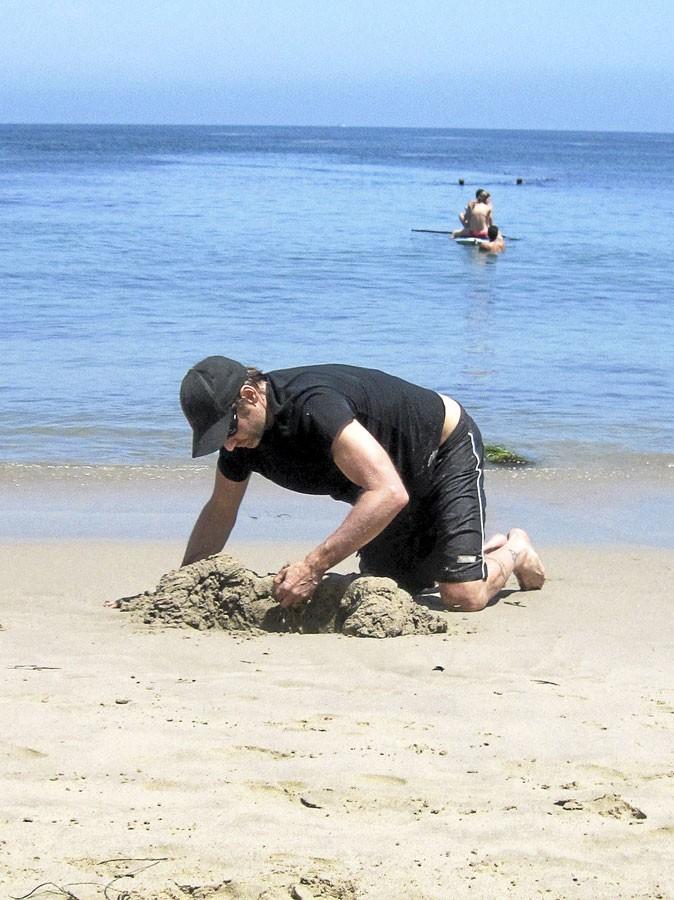 David Duchovny est un vrai gosse à la plage !