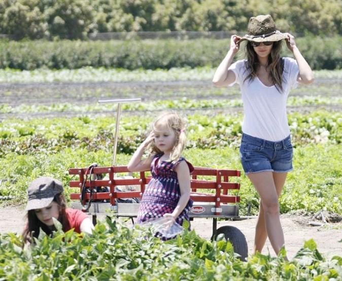 Rachel Bilson et ses deux demi-soeurs, Hattie et Rosemary, en pleine cueillette !