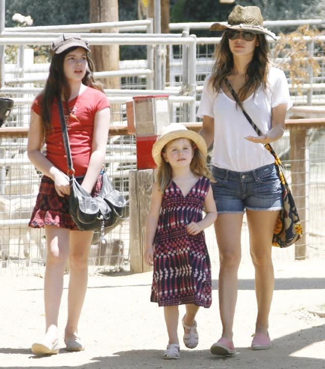 Rachel Bilson et ses deux demi-soeurs, Hattie et Rosemary se rendant à la ferme de la famille Underwood à Moorpark en Californie, le 26 juin 2011.