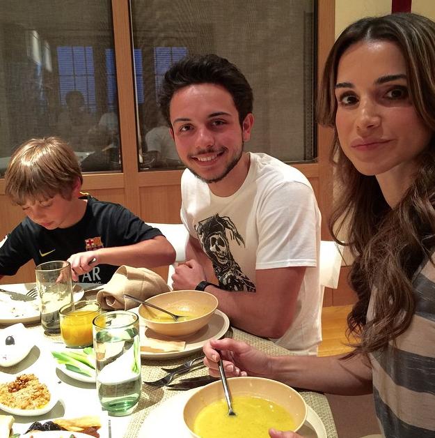 Photos : Rania de Jordanie et son beau gosse de fils dévoilent leur table du Ramadan !