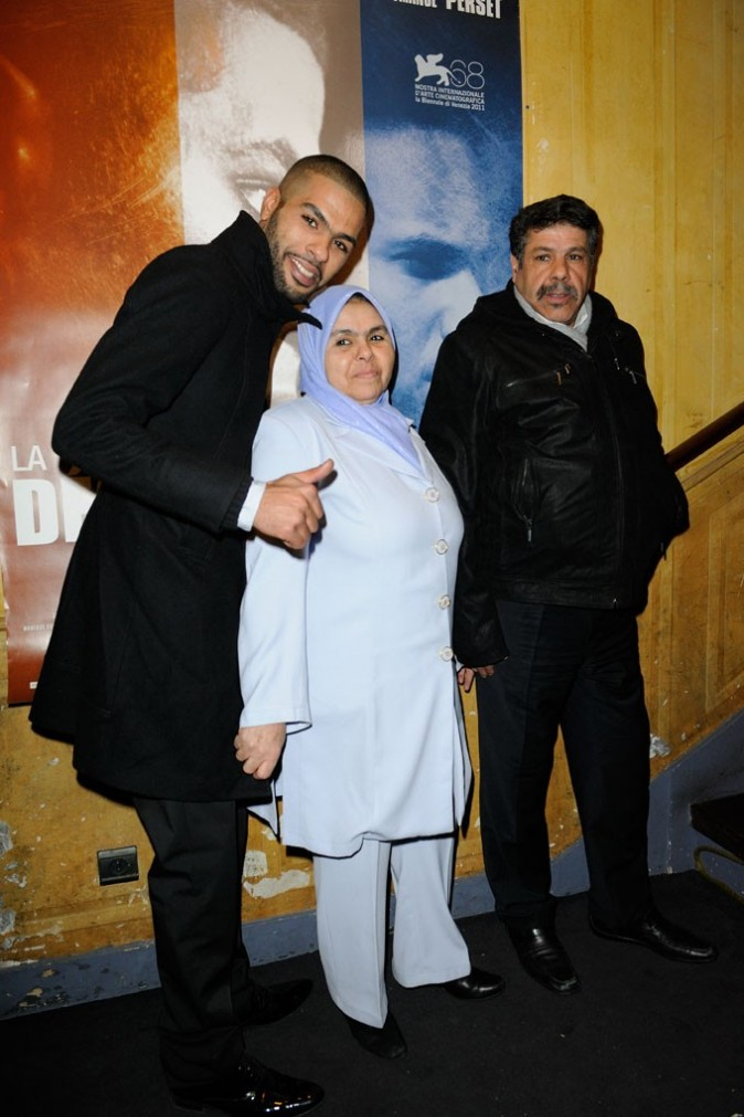 Rashid Debbouze et ses parents lors de la première du film La Désintégration à Paris, le 8 février 2012.