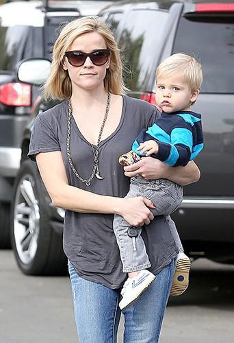 Reese Witherspoon et son fils Tennessee à Los Angeles le 18 décembre 2013