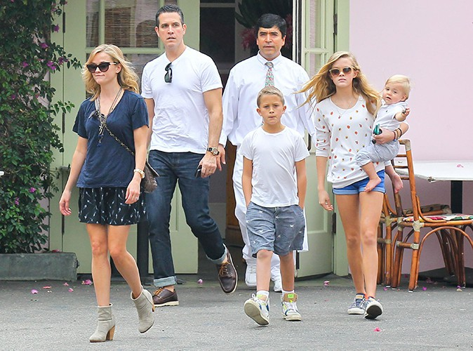 Reese Witherspoon en famille à Los Angeles le 19 octobre 2013