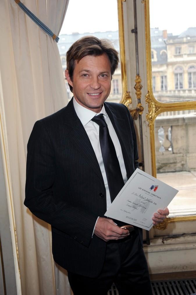 Laurent Delahousse nous montre son prix !