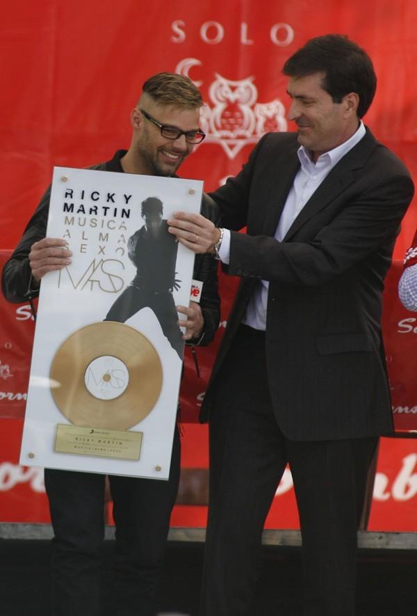 Contrairement au look, le succès est au rendez-vous ! Il vient d'obtenir un disque d'or !
