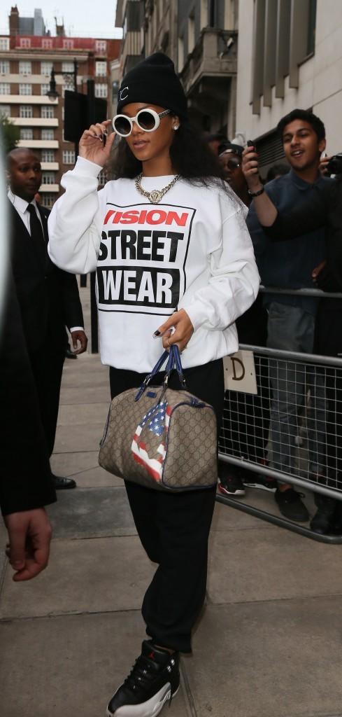 Photos : Rihanna cache sa silhouette derrière un sweat-shirt ample et des lunettes de soleil ! Une tenue de camouflage ?