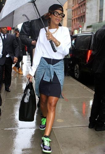 Elle affronte la pluie avec style