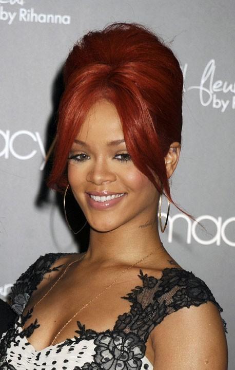 Rihanna adore son parfum...et sa nouvelle choucroute !