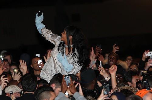 Photos : Rihanna : elle investit le Trocadéro pour se jeter dans la foule en délire !