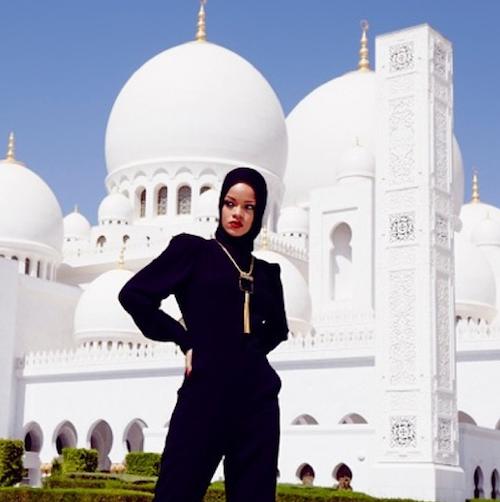Photos : Rihanna : elle pose voilée devant une mosquée d'Abu Dhabi et se fait virer !