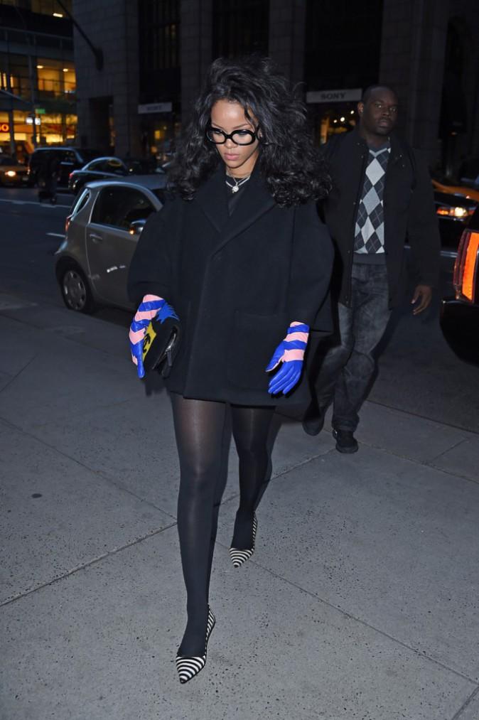 Photos : Rihanna : elle se la joue geekette, bien vues les grosses lunettes !