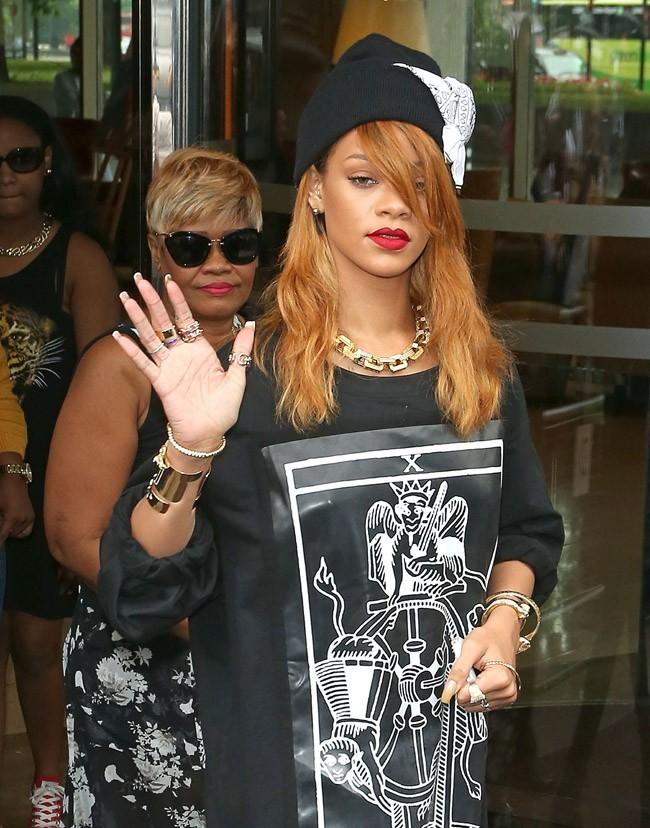 Rihanna à la sortie de son hôtel de Londres le 20 juin 2013
