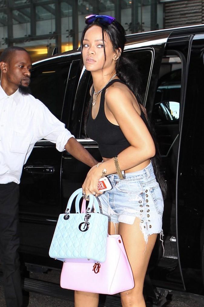 Photos : Rihanna : gambettes et ventre tonique à l'air, la rein du crop-top est de sortie !