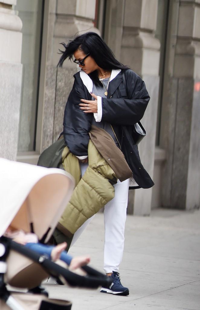 Photos : Rihanna : gros coup de fatigue à New York !