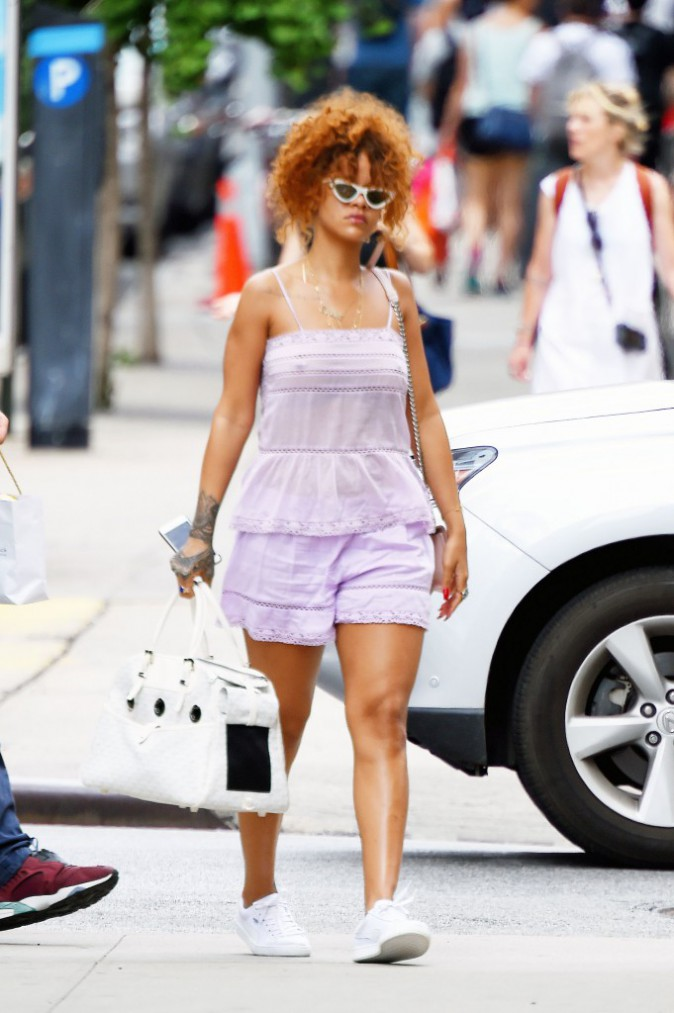 Rihanna : mini short et piercings apparents, elle d�voile tout !