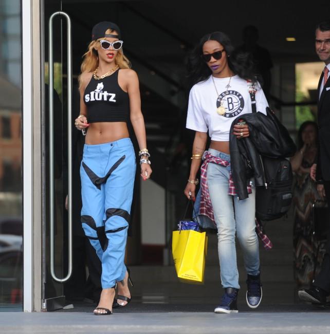 Rihanna et Melissa Forde à Manchester, le 16 juillet 2013.