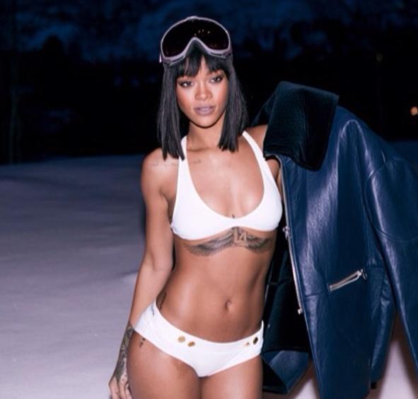 Photos : Rihanna : pas un brin frileuse, elle dégaine le bikini en pleine montagne !