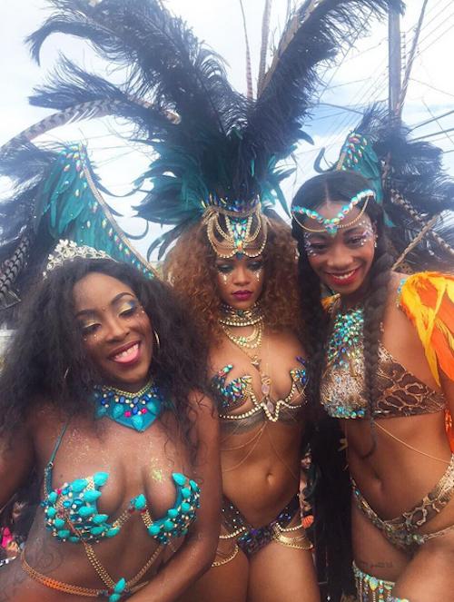 Photos : Rihanna : plumes, strass et twerk endiablé en ...
