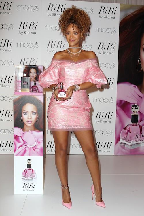 Photos : Rihanna, poupée girly au look raté pour son nouveau parfum !