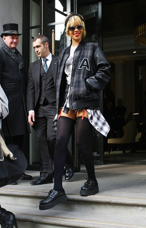 Rihanna à la sortie de son hôtel de Londres tout à l'heure !