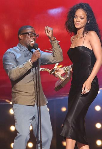 Photos : Rihanna : l'icône de mode s'est rhabillée pour recevoir le trophée de la femme la plus désirable !