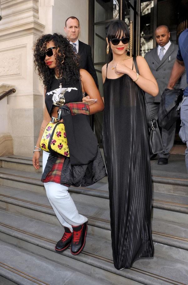 Rihanna à la sortie de son hôtel de Londres le 24 juin 2012