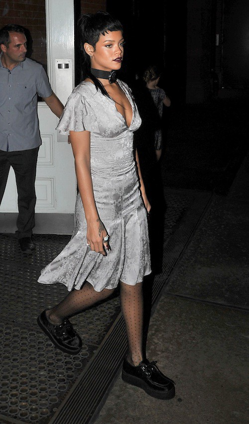 Photos : Rihanna : seins nus et look raté pendant la Fashion Week de New York !