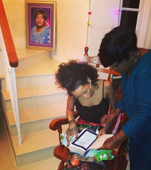 Rihanna reçoit, avec émotion, la Bible de sa grand-mère disparue !