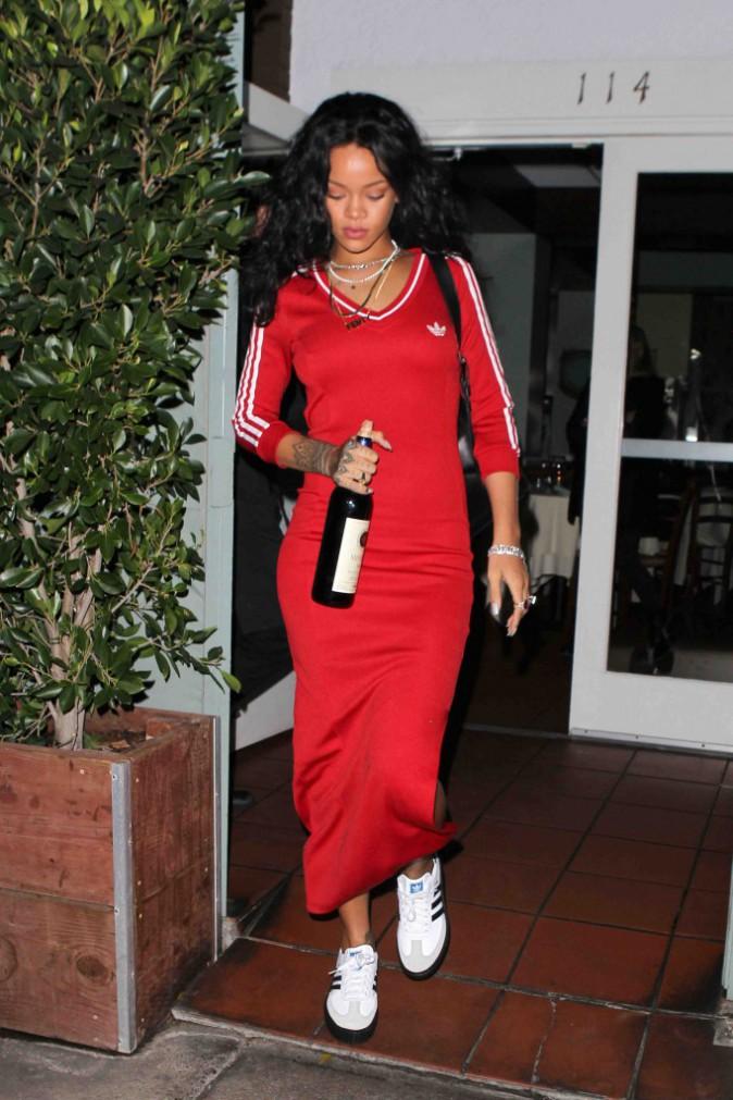 Rihanna : triste mine et bouteille de vin � la main, nous ferait-elle une d�pression ?