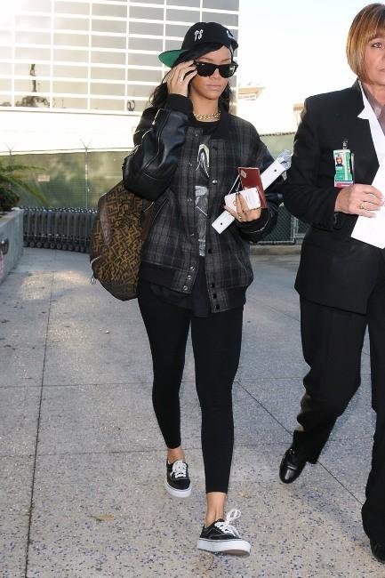 Photos - Rihanna : un look cool pour prendre l'avion !