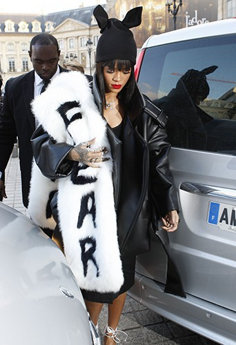 photos rihanna de tous les d fil s parisiens elle impose son show vestimentaire. Black Bedroom Furniture Sets. Home Design Ideas
