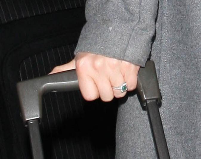 Ouh la jolie bague ! Ses fiançailles ne font plus l'ombre d'un doute !