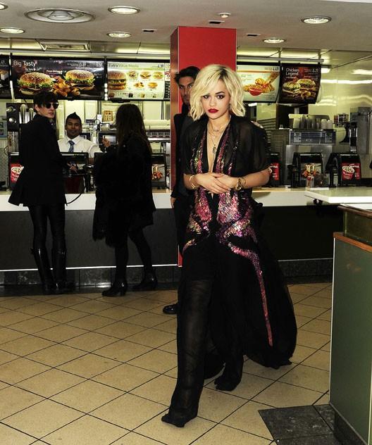 photos rita ora elle succombe l 39 appel du fast food en pleine nuit. Black Bedroom Furniture Sets. Home Design Ideas