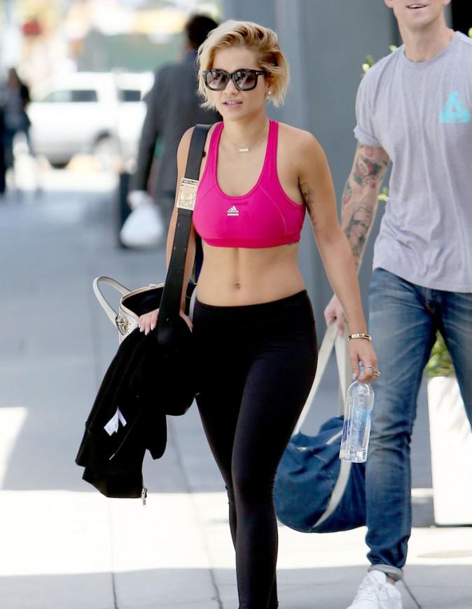 Photos: Rita Ora : nombril à l'air, elle fait tout pour tenter de raffermir son ventre !
