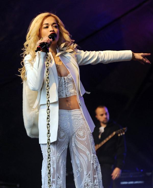 Rita Ora sur la scène du Lovebox Festival de Londres le 16 juin 2012