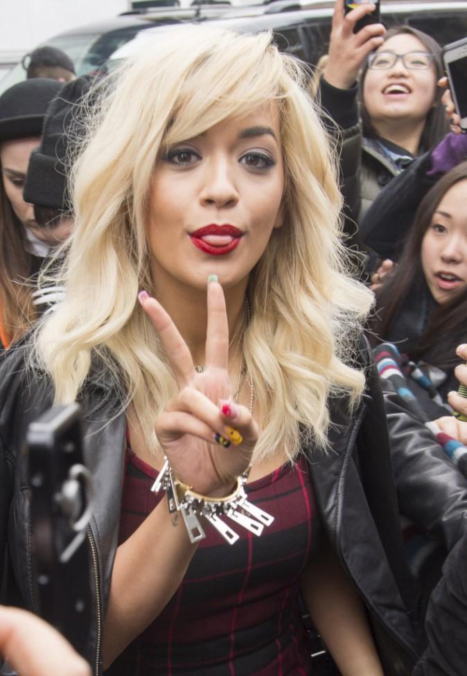Rita Ora se rend au défilé DKNY à New York, le 9 février 2014.